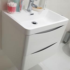 Белая подвесная тумба в ванной