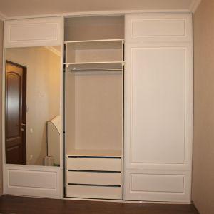 Белый шкаф-купе с фрезеровкой 3